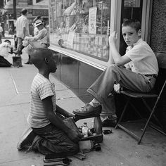Street photos of Chicago and New York from the 1950s by Vivian Mayer most beautifully reflect the maxims about the words and stories in pictures.