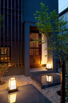 Beautifully lighted areas, are balanced well with other elements. Entrance Design, Facade Design, Exterior Design, Interior And Exterior, House Design, Japanese Modern House, Japanese Interior, Japan Architecture, Interior Architecture