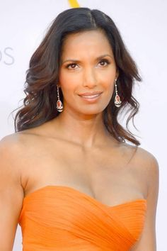 Padma Lakshmi did it by wearing warm makeup hues and styling her hair in bouncy waves. Beauty tip: Ethnic Hairstyles, Celebrity Hairstyles, Simply Beautiful, Beautiful People, Beautiful Women, Padma Lakshmi, Island Girl, Beauty Shop, Hollywood Glamour