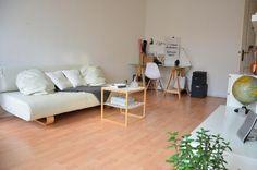 Sehr schöne Möbelstücke befinden sich in diesem WG-Zimmer. Uns gefallen besonders die Couch, das Tischchen und der Schreibtisch! Auch Wandbilder mit Messages sind sehr modern! #ideen #wgzimmer #modern #einrichten #ideen