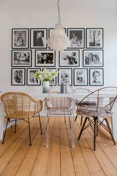 Wer gerne Gäste einlädt, braucht einen großen Esstisch. Damit die vielen Stühle den Raum nicht erdrücken, auf luftige Modelle setzen. Prima eignen sich Rattan oder transparente Sitzmöbel, wie der Louis Ghost Chair von Kartell. Die moderne Bilderwand in schwarz-weiß passt hervorragend zu den bunt gemixten Stühlen und wirkt edel und stylish zugleich.
