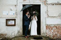 """Víťa Malina, fotograf na Instagramu: """"Červenec, to jsou bouřky. Berte je s nadhledem! 💕😎⛈️🌪️🌈 #svatbavdesti #rainywedding #weddingrain #documentarywedding #unconventionaltogs…"""" Wedding Photography, Instagram, Wedding Photos, Wedding Pictures"""