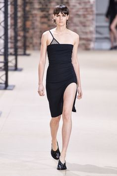 Ann Demeulemeester Spring 2020 Ready-to-Wear Fashion Show - Vogue Ann Demeulemeester, Portfolio Mode, Fashion Portfolio, 2020 Fashion Trends, Fashion 2020, Fashion Show Collection, Couture Collection, Vogue Paris, Backstage