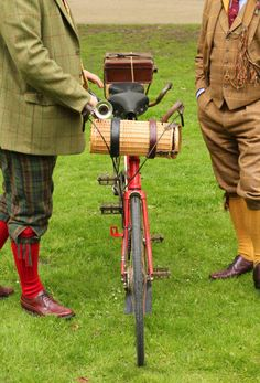 Equestrian helmets might not be the most significant style feeling today, but there are some stories behind them. Vintage Cycles, Vintage Bikes, English Country Manor, Country Life, Preppy Inspiration, Tweed Ride, Run And Ride, Plus Fours, Antique Bicycles