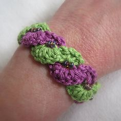 A quick and fun beaded bracelet pattern based on an easy new technique called Forward Loop Chain (video tutorial included).