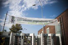 Spandoek als onderdeel van veiligheidscampagne bij de ingang van BP in geel