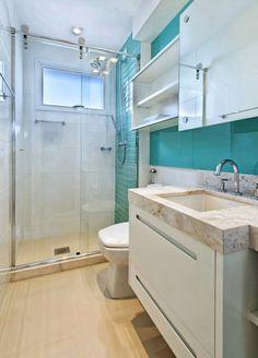 O mesmo tom de azul também está presente no revestimento Portobello no banheiro, o que cria integração com o quarto.