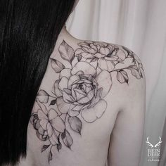 Shoulder blade flowers tattoo #flowershouldertattoos