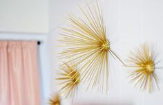 DIY Gold - Sea Urchins wall art decor. This is incredible used by bloggers deco! Looks chic and expensive and you won't imagine how it's done!!