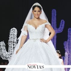 Un traje como para la realeza que constaba de un amplio faldón con capas de tul y un escote de corte corazón bordado con un encaje y pedrería plateada fue propuesto por Rosita Hurtado. #ModaNupcial