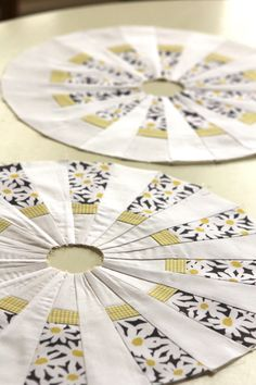 The Dresden idea calls me occasionally. The Bees Knees - A Quilting Bee Dresden Plate Patterns, Dresden Plate Quilts, Quilt Block Patterns, Quilt Blocks, Circle Quilts, Mini Quilts, Hexagon Quilt, Quilting Projects, Quilting Designs