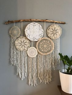 Vintage neutrals doily wall hanging - Diy and crafts interests Macrame Wall Hanging Patterns, Boho Wall Hanging, Doily Dream Catchers, Doilies Crafts, Yarn Wall Art, Macrame Design, Boho Diy, Vintage Walls, Diy Wall