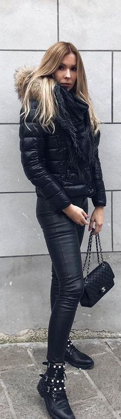 #spring #outfits woman wearing black leather zip-up parka jacket and black pants holding black leather crosbody bag. Pic by @passionbyleonie #parkaoutfit