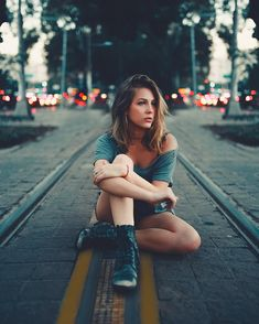 Strategies For photography tips Model Poses Photography, Tumblr Photography, Urban Photography, Creative Photography, Best Photo Poses, Girl Photo Poses, Girl Photos, Kreative Portraits, Instagram Pose