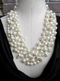 pearl necklace                                                                                                                                                      Más