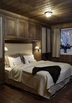 Sjusjøen — DIVINE DESIGN OSLO Blue Bedroom, Cozy Bedroom, Teen Bedroom, Bedroom Ideas, Cabin Homes, Log Homes, Log Cabin Bedrooms, Teen Decor, Cabins In The Woods