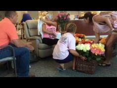 #Un esposo sorprende a su mujer con 500 rosas en su último día en quimioterapia - El Observador: El Observador Un esposo sorprende a su…