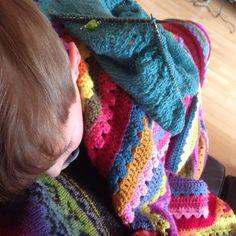 Erkältetes Kleinkind hängt mir schon den ganzen Nachmittag schlafend auf dem Bauch. Gott sei dank kann ich stricken. :: Little monkey is sleeping off his cold. On me. Thank god for knitting. Big crochet blanket love. #knitstagram #knitting #stricken #aprilquince #isabellkraemer #krankeskind #attic24cosyblanket  #crochetblanket by soozaknits