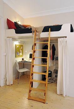 Si el techo dispone de suficiente altura, se puede aprovechar eso y colocar en doble planta la cama y en la parte baja se coloca el escritorio y el closet
