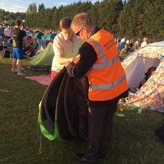 """Laura Tobin on Twitter: """"In the end the boys needed a stewards help to fold their tent. He is well practiced! There's lots of love in the Q. @Wimbledon @GMB https://t.co/92i0nRu7Fn"""""""