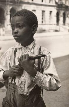 "Helen Levitt, ""New York"", ca. 1939  SFMOMA | Explore Modern Art | Our Collection | Helen Levitt | New York"