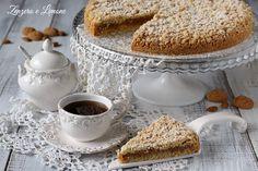 Nella torta mandorlata una croccante pasta a base di mandorle racchiude una morbidissima crema all'amaretto. Successo garantito.