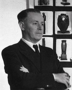 Gustave Miklos devant les photos de ses œuvres, 1937, photo de famille