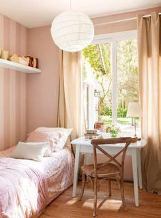 Dormitorio infantil de niña con papel pintado