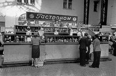 Robert Capa © International Center of Photography View profile USSR. Ukraine. Kiev. Open air market. 1947.