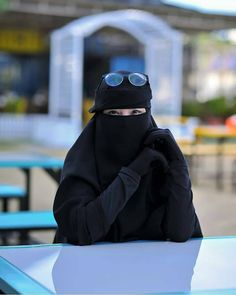 Image may contain: one or more people and outdoor Stylish Hijab, Hijab Casual, Hijab Chic, Hijab Niqab, Muslim Hijab, Niqab Fashion, Muslim Fashion, Hijabi Girl, Girl Hijab