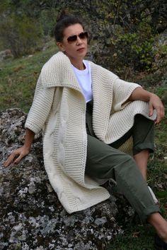 Crochet Hooded Baby Cardigan Making Crochet hooded baby cardigan handmade Sweater Knitting Patterns, Cardigan Pattern, Knit Patterns, Crochet Dress Outfits, Crochet Clothes, Crochet Coat, Crochet Cardigan, Baby Cardigan, Baby Vest