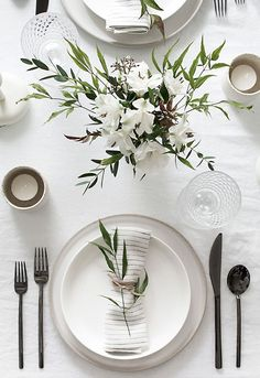 Tips to Set a Simple and Modern Tablescape Easy ideas for creating a modern minimal table setting.Easy ideas for creating a modern minimal table setting. Deco Floral, Wedding Table Settings, Table Wedding, Setting Table, Dinner Table Settings, Round Table Settings, Budget Wedding, Wedding House, Elegant Table Settings