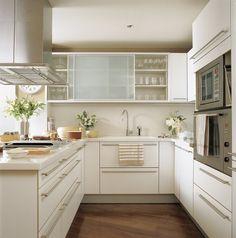 SANTOS kitchen | Modelo Alpina, fabricado por Santos e instalado por BFM Cocinas. Taburetes de Magis. Suelo de roble.