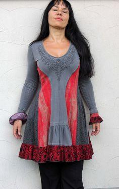 Fantaisie Tunique robe romantique rouge et gris. Fabriqué à partir de vêtements recyclés. Design unique. Forme souligne bodyline. Textiles streching un peu. Un des akind.  Taille: S - S/M (européenne 36-36/38) (modèle sur la photo est 38)  Buste : max 37 pouces (94 cm)  Taille : maximum 31 pouces (80 cm)  Hipsline : max 39 pouces (100 cm)  Longueur : 35 pouces (90cm)