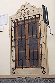 nel 1799  nella repubblica ligure fu imposta la tassa sulle finestre dal governo francese. molte finestre vennero murate e, di conseguenza, si dipinsero sulla muatura, finestre finte.