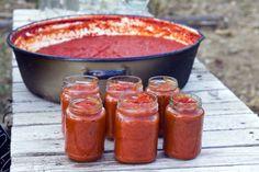 Zelf ketchup maken zonder suiker is een werkje, maar je kunt hem wel heel lang bewaren. Een ongeopende pot homemade ketchup kun je 6 maanden bewaren.