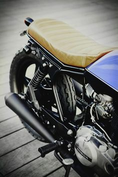 Honda CB400N - Ateliers Auguste X Dauphine Lamarck - Paris - France - #Honda #cb400n #1980 #bratstyle - Photo © götz göppert