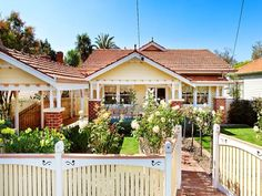 Brick californian bungalow house exterior with picket fence & landscaped garden - House Facade photo 258291 Bungalow Exterior, Cottage Exterior, Exterior House Colors, Facade Design, Exterior Design, House Design, Exterior Paint, House Roof, Facade House