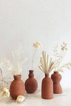 La tendance 2020 : décorer avec des céramiques ! Déco bord de mer et slow life ! Déco naturelle ! Decoration Evenementielle, Flower Bar, Flower Vases, Anthropologie Home, Flower Fashion, Ikebana, Ceramic Pottery, Ceramic Vase, Pottery Vase