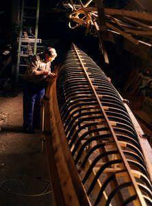 Bixente Elizondo en su taller de Ortzaika construyendo una trainerilla. Las traineras de competición fueron realizadas en madera hasta princ...