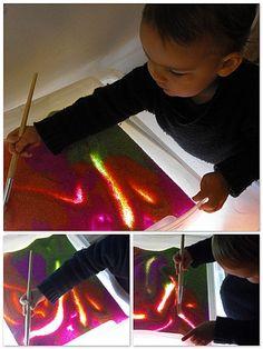 sable coloré sur table lumineuse Sensory Art, Sensory Activities, Activities For Kids, Sensorimotor Activities, Montessori, Diy For Kids, Crafts For Kids, Overhead Projector, Sensory Integration