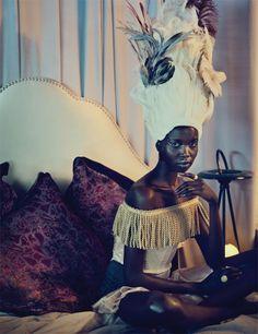 Vestido Alexander McQueen, ombreiras feitas pelo estilista, anéis Wouters & Hendrix, acessório de cabelo Takayuki Shibata.