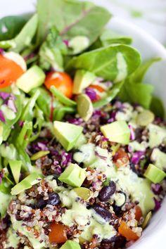 Ensalada de frijol y quinoa y aderezo con aderezo de cilantro y menta