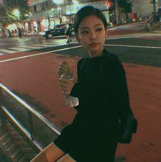 Jennie Kim of Blackpink Kpop Girl Groups, Korean Girl Groups, Kpop Girls, Kim Jennie, Blackpink Fashion, Korean Fashion, Forever Young, Blackpink Photos, Pictures