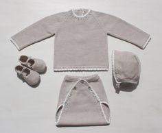 Conjunto jersey manga larga y cubrepañal abotonado en pico con capota y merceditas, color arena con borde en contraste
