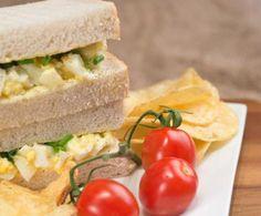 Questa ricetta è un'idea davvero originale per un pic nic: si tratta della tradizionale insalata di patate da servire come farcia di un sandwich.
