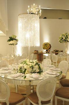 Lustre de cristal | Casamento Roberta e Odilon | Decoração de mesa de casamento | Decoração Branca | White Decor | Centro da Mesa | Wedding | Casamento | Inesquecível Casamento
