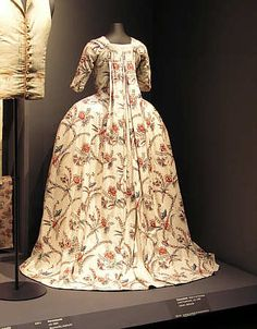 Robe à la française en indienne fond blanc, 1771 (garde-robe d'Elisabeth de Montrond, Perpignan).