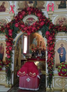 Пасха Church Flowers, Orthodox Christianity, Flower Arrangements, Christmas Wreaths, Religion, In This Moment, Easter Decor, Holiday Decor, Mary