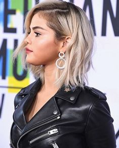 November Selena attending the 2017 American Music Awards in Los Angeles, CA [HQs] Short Shaggy Haircuts, Short Shag Hairstyles, Trendy Hairstyles, Shaggy Bob, Haircut Short, Selena Gomez Blonde Hair, Selena Gomez Style, Mtv Video Music Award, American Music Awards